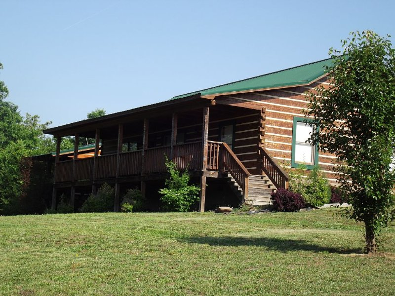 BOOK NOW FOR YOUR MUCH NEEDED GETAWAY WITH POOL TABLE, HOT TUB , MTN. VIEWS,-ETC, holiday rental in Seymour