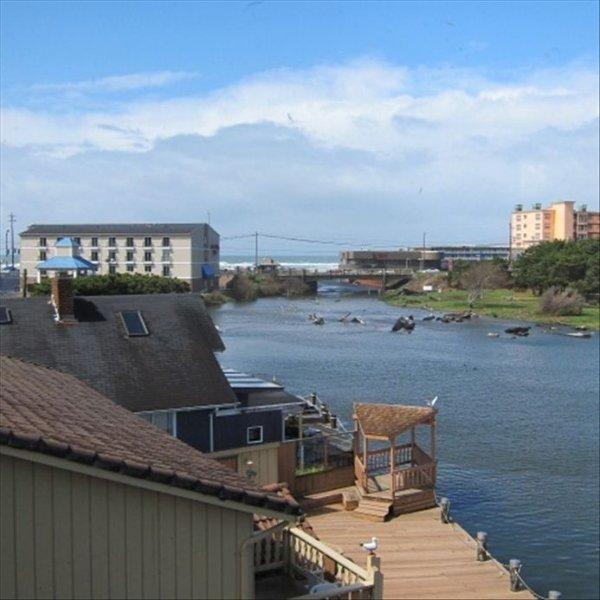 Lake Front Ocean View Getaway. Three Story Handicap Accessible, holiday rental in Lincoln City