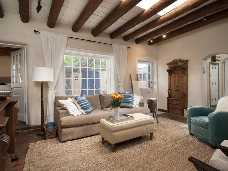*Historic Eastside Gem!!* Just steps away from Canyon Road!, holiday rental in Santa Fe
