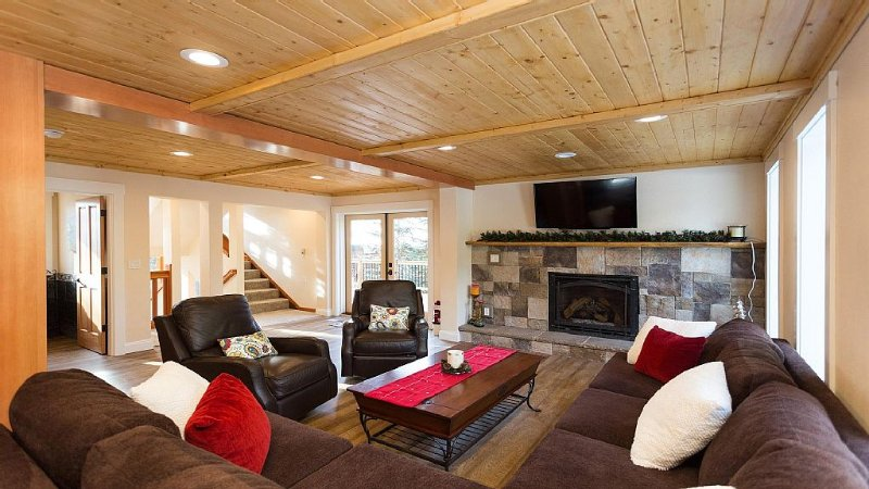 Luxurious and Spacious Mountain Chalet, holiday rental in Government Camp