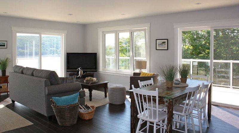 Sala de concepto abierto y comedor. Dos puertas de patio te llevan a la terraza.