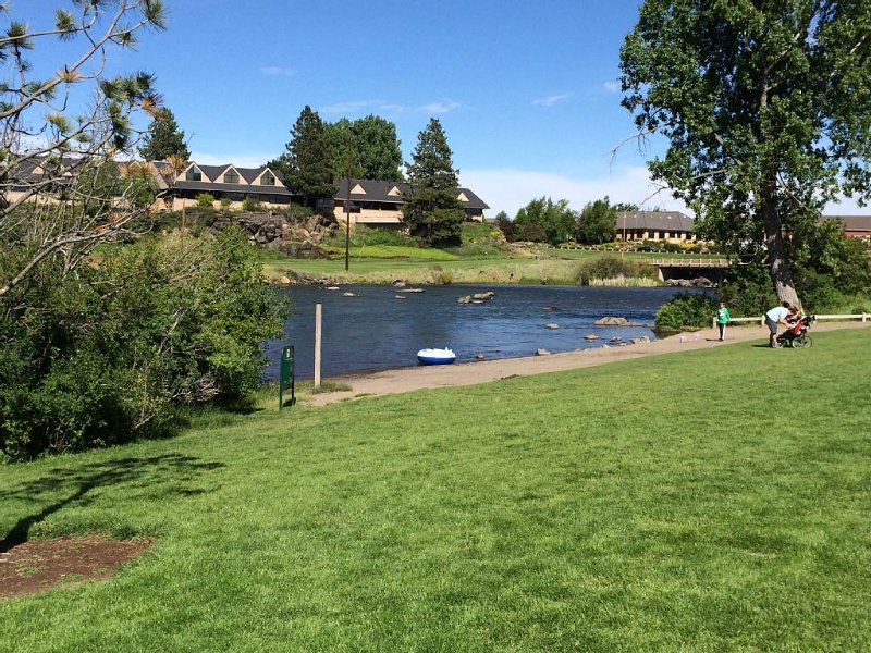 Awesome location! Next to river, close to downtown.  Walk everywhere!, vacation rental in Bend