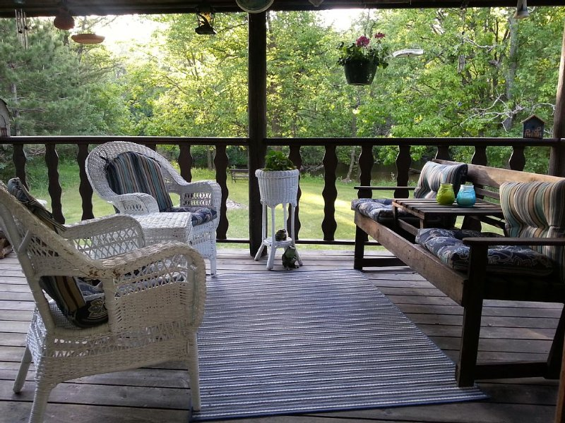 River Ridge Cabin, Private, Cozy And On Water, holiday rental in Amherst