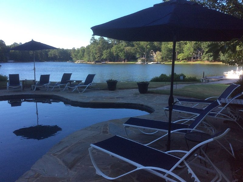 Million $ Gorgeous Home with Pool &  500 Ft. of Lakefront!, casa vacanza a Greensboro