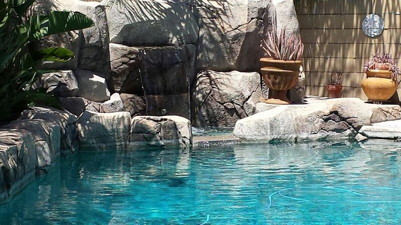 2.5 Miles to Disneyland Luxury 2,850 sq. ft. HEATED POOL/SPA  REG**********, location de vacances à Anaheim