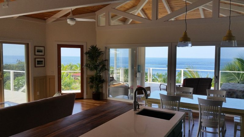 Ocean Beach Home In The Heart Of Authentic Old Hawaii, location de vacances à Captain Cook
