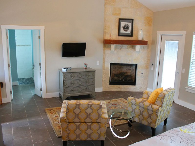 The Nest Cottage - Hill Country Views - 10 Min Drive To Downtown Fredericksburg, vacation rental in Fredericksburg