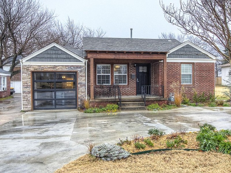 Charming Brick Home Off Of Route 66 Near Tulsa Expo Fairgrounds. Sleeps 8, holiday rental in Tulsa
