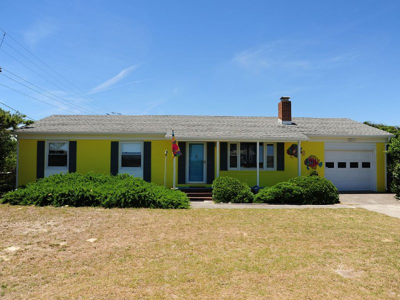 No Real Estate Management Fees --Semi-Oceanfront; Short Walk to the Beach, vakantiewoning in Kitty Hawk