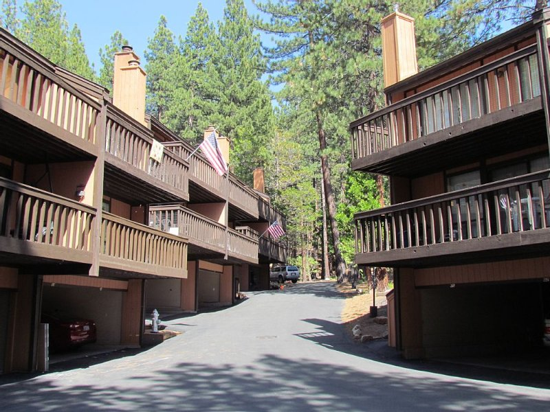 2bdrm - 2bath Condo Skiing Distance To Heavenly Ski Resort, vacation rental in South Lake Tahoe