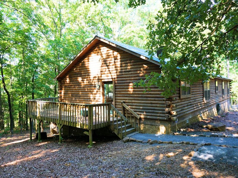 Spacious Lakefront Log Home Retreat, location de vacances à Drasco