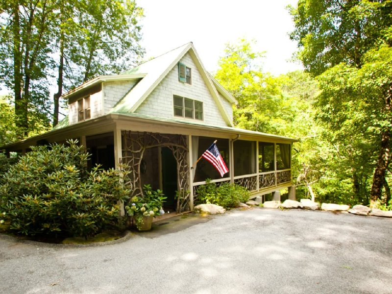 Upscale - Big View of Rushing Waters, Shoals; Private Swim Hole; Natural Firepit, holiday rental in Highlands
