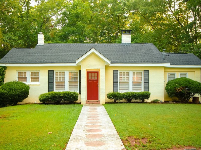 Peaceful Cottage in Heart of Historic Roswell, casa vacanza a Alpharetta