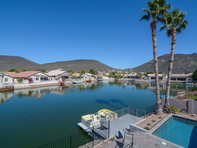 Luxury Collection Lakeside Retreat with Heated Pool, Boat, Lake & Mountain Views, vacation rental in Glendale