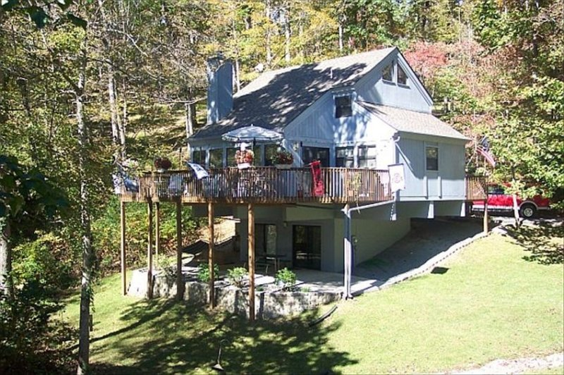 Beautiful Deerfield Lakefront Home in Cove with Dock - 4BR/4BA, vacation rental in La Follette