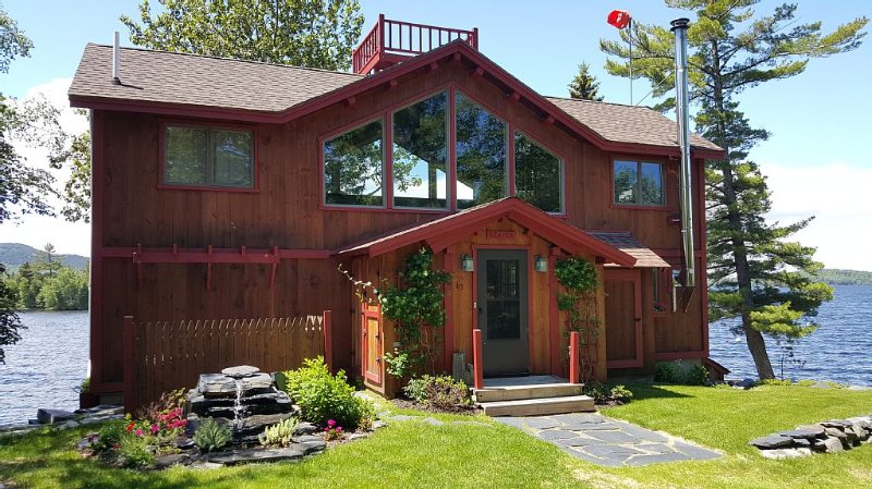 Cozy Lakeside Home Offers Unparalleled Location Feet From Moosehead Lake, aluguéis de temporada em Greenville