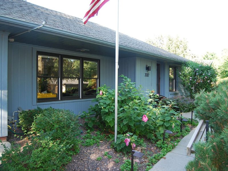 South Lincoln Contemporary Bungalow, holiday rental in Nebraska
