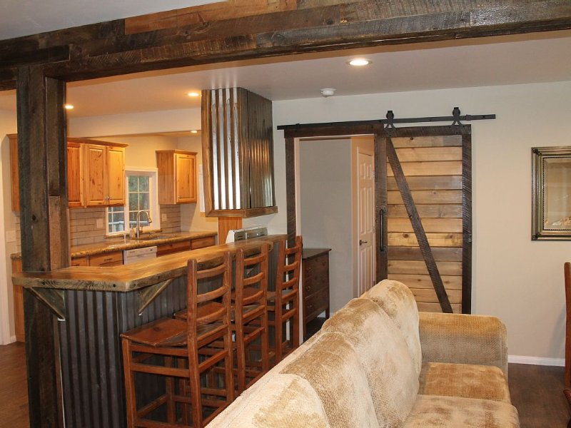 LOCATION! Steps to the Village! Walk to Lake, REMODELED, WiFi, W/D, Pets, Clean!, holiday rental in Big Bear Region