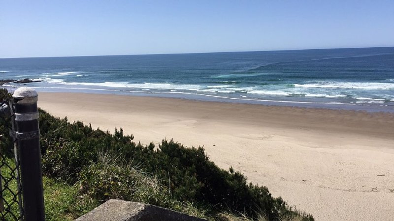 NEW, AFFORDABLE & Charming Family-Friendly BEACH Home w/Free night SPECIALS!!, alquiler de vacaciones en Lincoln City