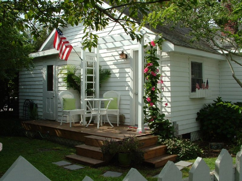 Beach cottage  in Heart of Old Town Manteo  on Roanoke Island , OBX, holiday rental in Manteo