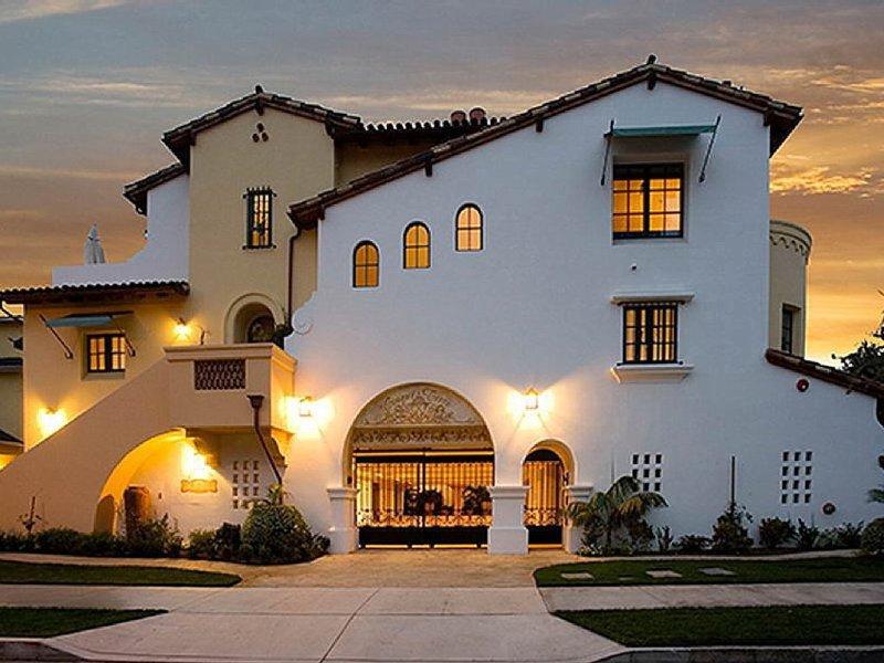 Luxurious Villa - Walk to Downtown and Beach, holiday rental in Santa Barbara