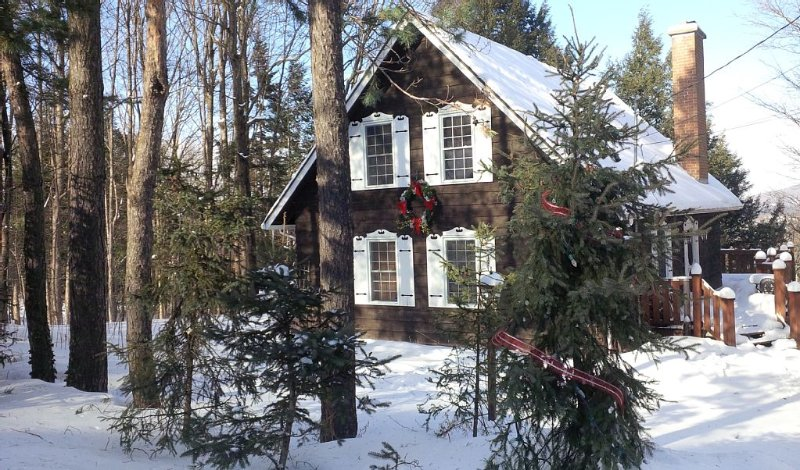 Stay in the warm & cozy GINGERBREAD HOUSE walking distance to ski slopes, vakantiewoning in Shefford