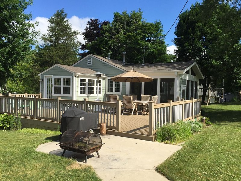 Make Your Memories At Adorable Browns Lake/Cedar Park Cottage, alquiler vacacional en Rochester