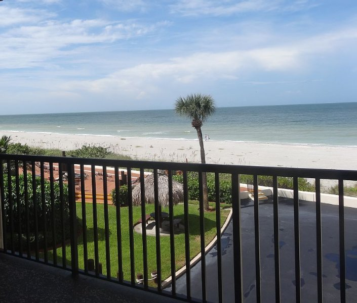 Renovated 2 Bedroom, 2 Bath Beachfront Condo On Belleair Beach, vacation rental in Belleair Beach