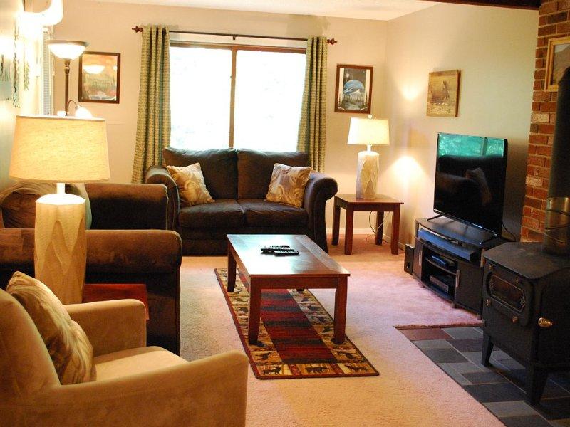 Mountain-Themed Condo at Popular Seasons at Attitash Resort, WiFi, 2 HD TVs, aluguéis de temporada em Bartlett