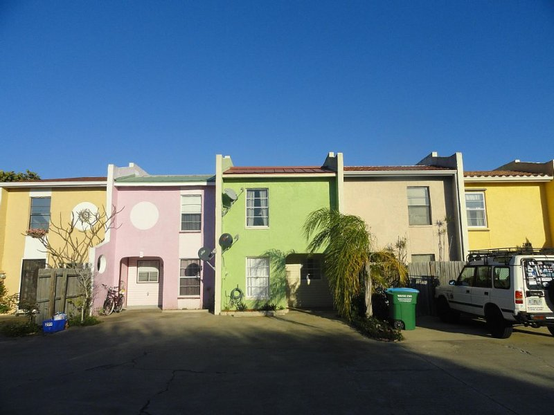 Romantic Tropical Beach GETAWAY  w/2-Master Suites, Private Yard. Steps To Ocean, Ferienwohnung in Cape Canaveral