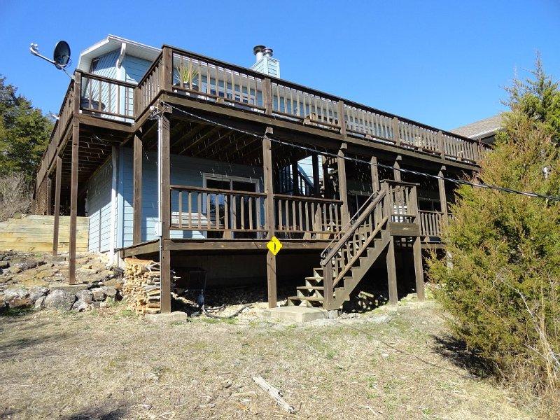 Owls Nest-Lakefront-Swim Deck-Sleeps 17-Easy Walk to the Water!, vacation rental in Garfield