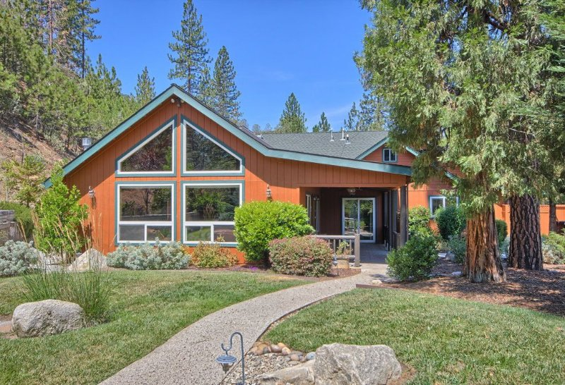 Yosemite National Park Wifi Parking Fully Stocked Kitchen Covered Paito, holiday rental in Oakhurst