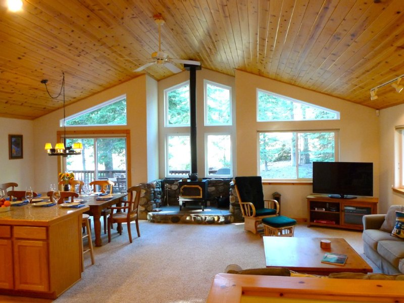 Ski Mid Week or April Weekends Available -  Spacious 3BR Getaway w/ Hot Tub, location de vacances à Truckee
