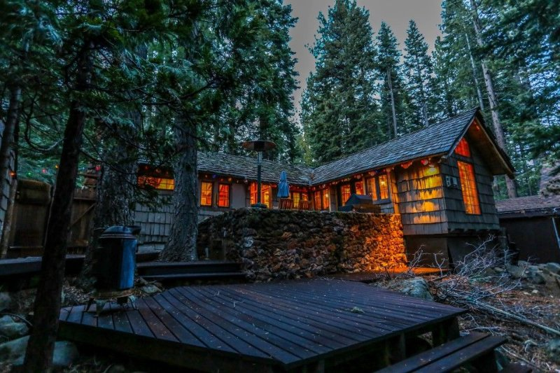 Casa Chica: Vintage and Charming Old Tahoe Log and Stone Cabin, alquiler de vacaciones en Tahoe City