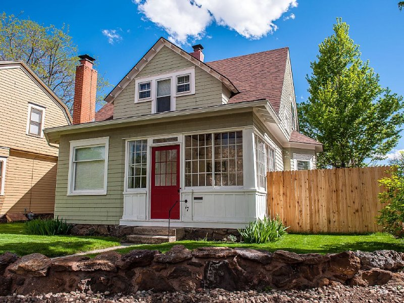 COZY DOWNTOWN COTTAGE WITH HOT TUB, vacation rental in Colorado Springs