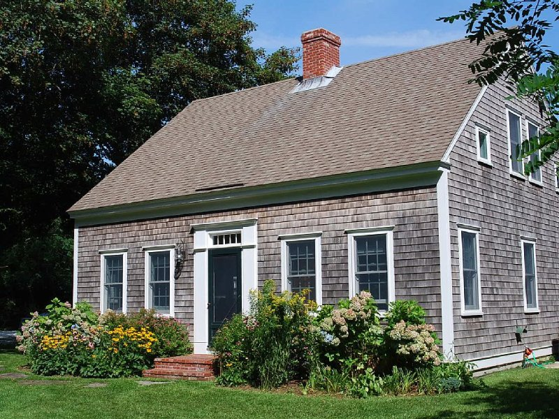 SECLUDED GEM IN THE VILLAGE | No availability through Oct, vacation rental in Wellfleet
