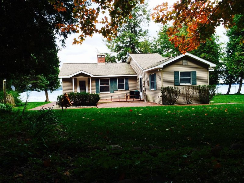Private, Cozy Cottage On Torch Lake!, holiday rental in Kewadin
