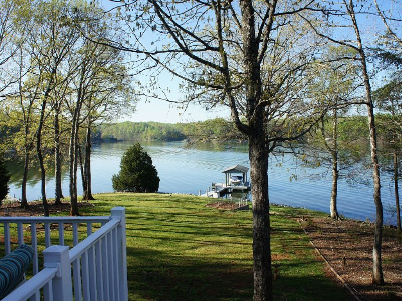 Great Getaway On Picturesque Point. Flat Lot!, holiday rental in Moneta