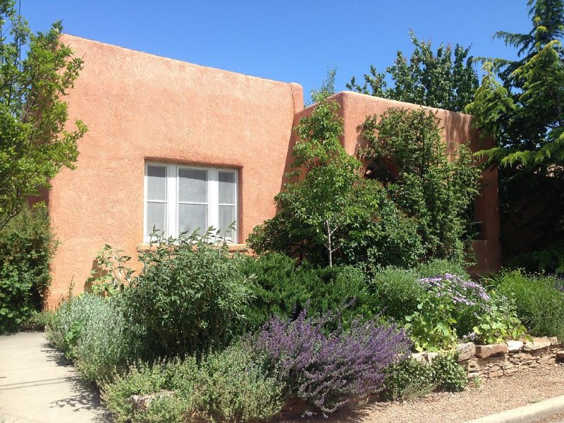 Best downtown location! Big historic home--Huge Hot Tub--Private Outdoor Space. – semesterbostad i Santa Fe