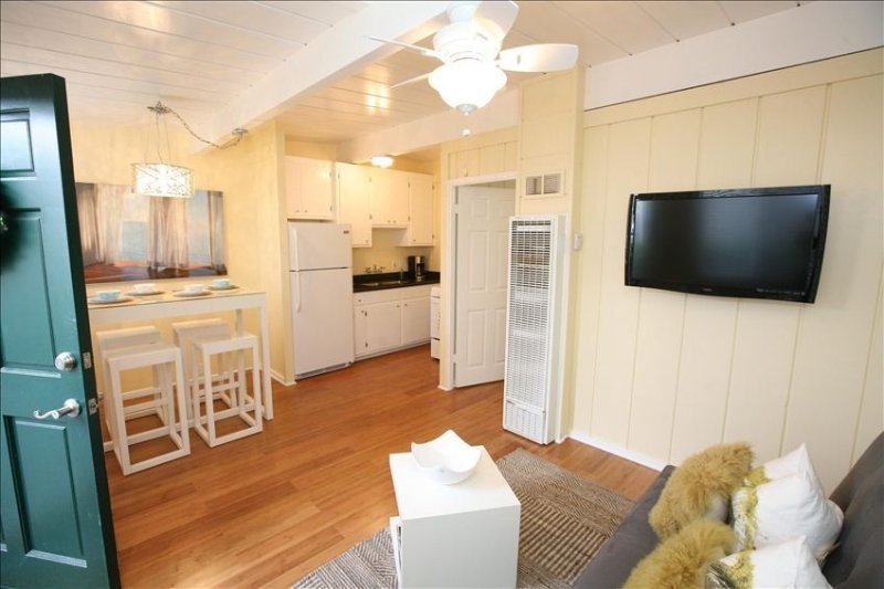 Quaint Beach Cottage 2 Blocks from the Ocean, holiday rental in San Diego
