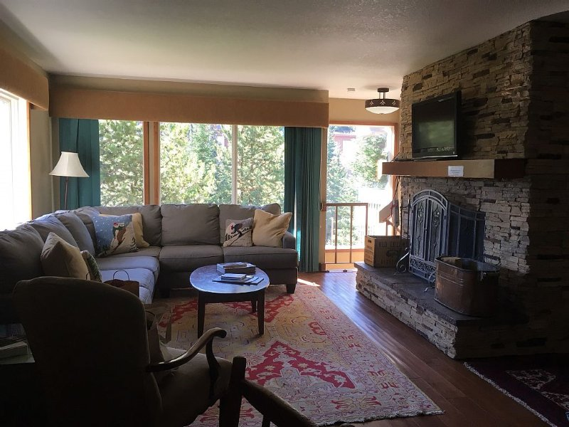 Updated 2 Bed/ 2 Bath Stillwater Condo Steps From Lifts!, holiday rental in Big Sky