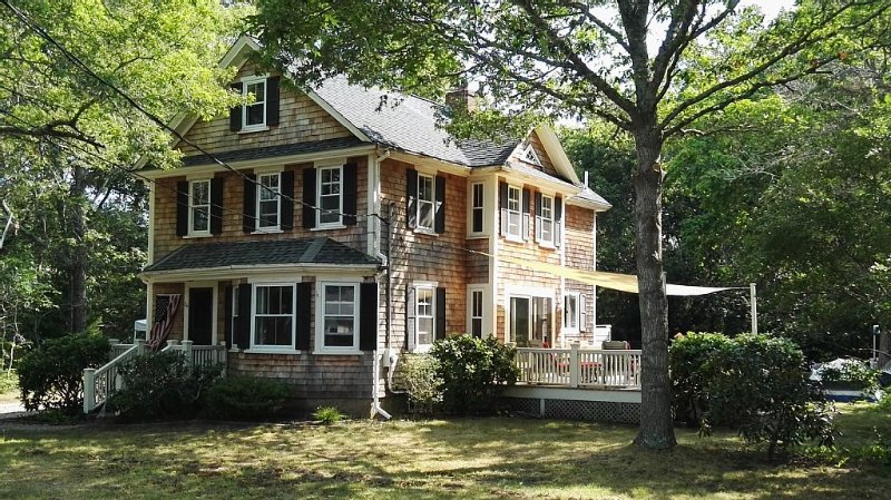 Renovated 3-bedroom House in Quaint Cotuit Village, holiday rental in Cotuit