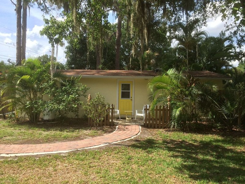 Lemon Cottage in Tranquil Olde Englewood!, holiday rental in Englewood