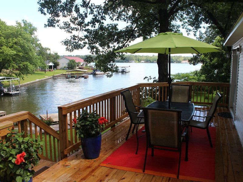 Centrally Located Modern Waterfront Home on Lake Hamilton!, holiday rental in Hot Springs