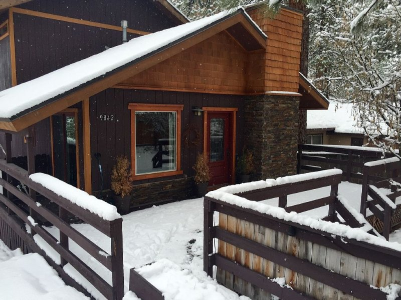 Beautiful Tahoe Cabin In Brockway, close walk to beach, 3br / hot tub/deck., alquiler de vacaciones en Kings Beach