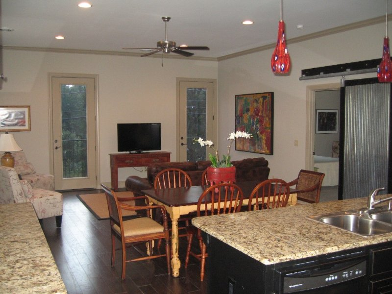 Spacious Private Condo Minutes from the Square and Campus, holiday rental in Oxford