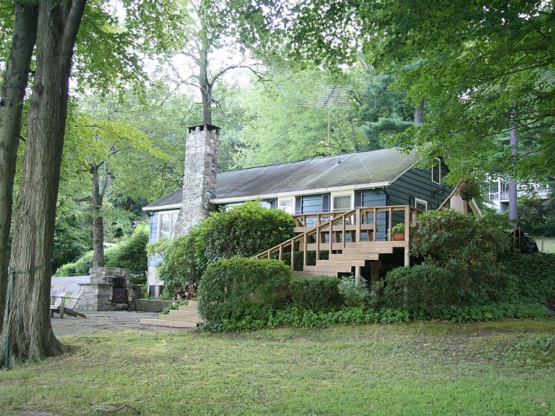 Prime Direct Waterfront On Candlewood Lake, Private Dock, Cozy Lake House, holiday rental in Bethlehem