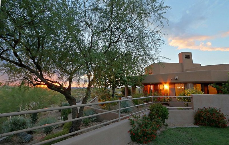 Breathtaking Mountain, Desert & City Views - Serene Hacienda in North Scottsdale, vacation rental in Cave Creek