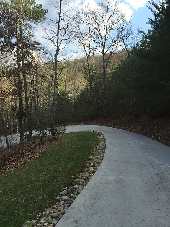 1/4 mile paved driveway to the top of the ridge!