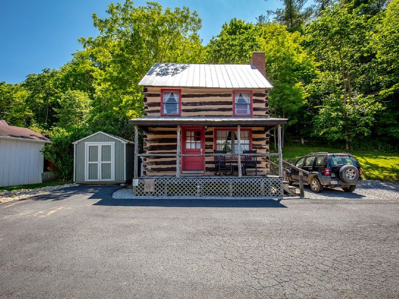 Stay in a 200 Year Old Log Cabin with Modern Conveniences, aluguéis de temporada em Pocahontas
